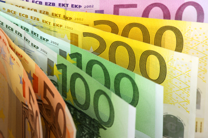 Euro Gives up Early Gains Amid Rising Political Concerns