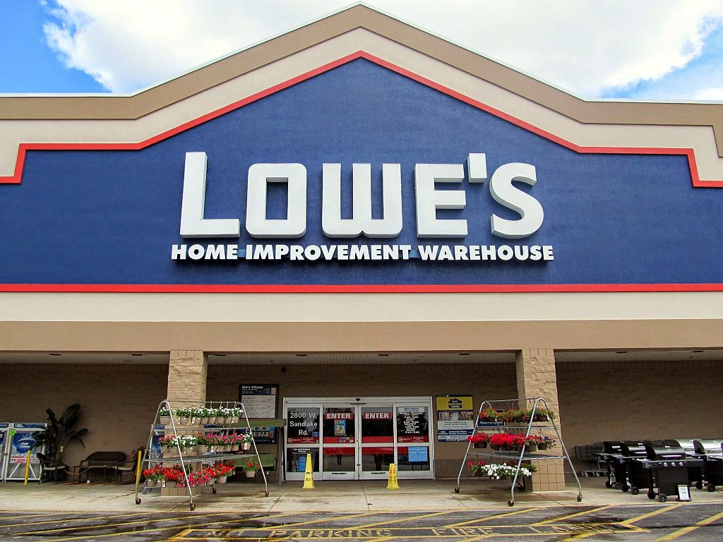 Now It's All About Guidance; Lowe's Shares Slump Despite Topping Estimates