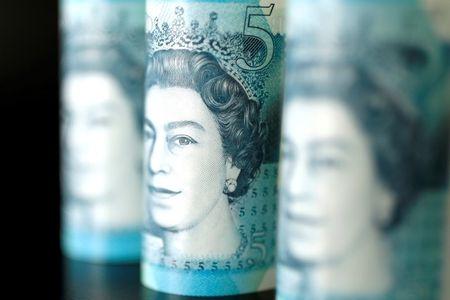 Pound Hits Three-Week Low vs Dollar on Weak Risk Appetite