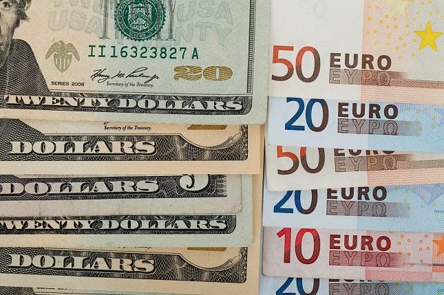 Com o euro caindo, o dólar ganha força perante outras moedas.