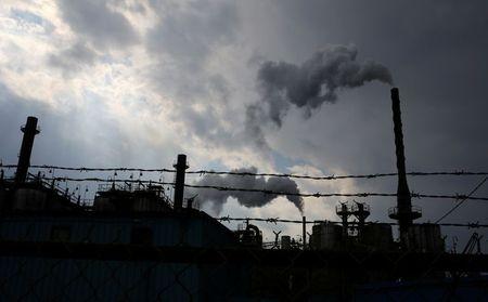 Vapor sobe de fábrica de produtos químicos em zona industrial