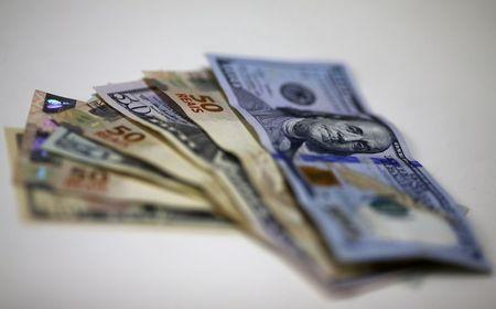 Dólar recua após disparada da véspera, mas clima segue tenso