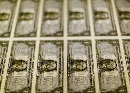 Dólar tem queda contra real antes de Ptax