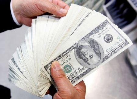 Dólar fecha em queda puxado por exterior em dia de menor volume de negócios no Brasil