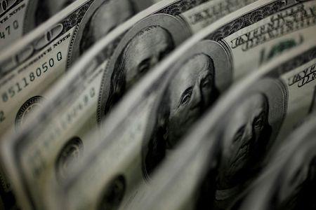 Dólar tem leve queda contra real antes de dados dos EUA