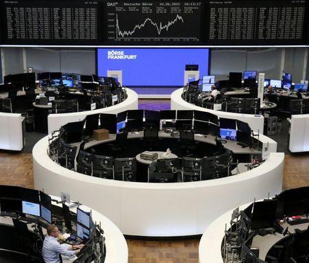 Ações Europeias Recuam no Dia mas Têm 5° Ganho Mensal Consecutivo