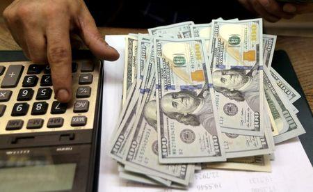Dólar tem leve queda ante real após ganhos da véspera;