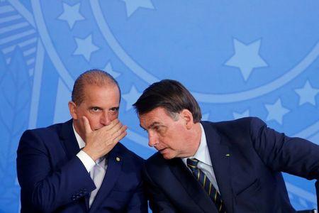 Bolsonaro e Onyx conversam durante cerimônia no Palácio do Planalto