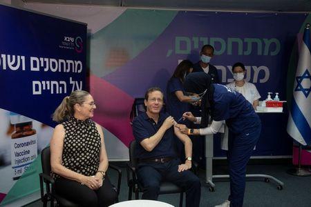 Presidente de Israel Recebe 3ª Dose de Vacina e Defende Reforço a Pessoas com Mais de 60 Anos