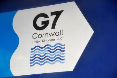 Logo do G7 perto de hotel onde acontece a cúpula