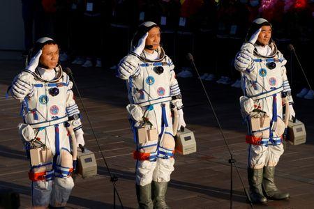 Astronautas Chineses Embarcam em Módulo de Estação Espacial em Missão Histórica