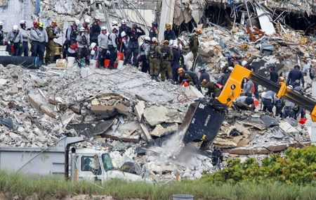 Sobe para 16 número de mortos quase uma semana após desabamento de prédio na Flórida