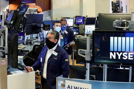 Operadores con mascarilla en el parqué de la Bolsa de Nueva York (NYSE)