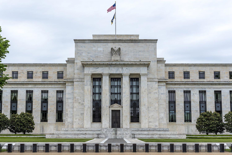 الدولار يضغط على اليورو بينما يؤكد الفيدرالي على إستمرار دعمه للإقتصاد