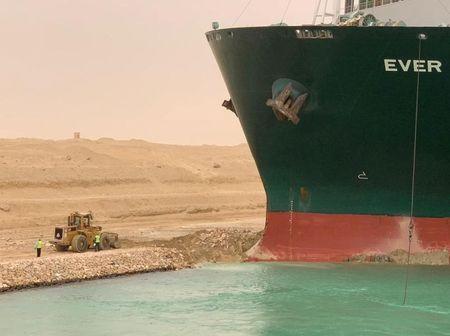فريقا إنقاذ سيشاركان في خطة لتعويم السفينة الجانحة في قناة السويس