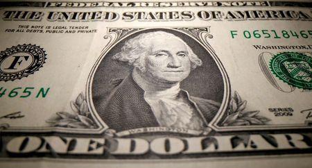 الدولار يرتفع لكن يظل بصدد أكبر خسارة أسبوعية منذ مايو