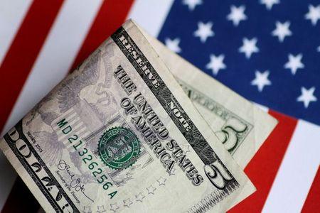 الدولار عند أدنى مستوى في 3 أسابيع والمتعاملون يترقبون مؤشرات على توقيت خفض التحفيز