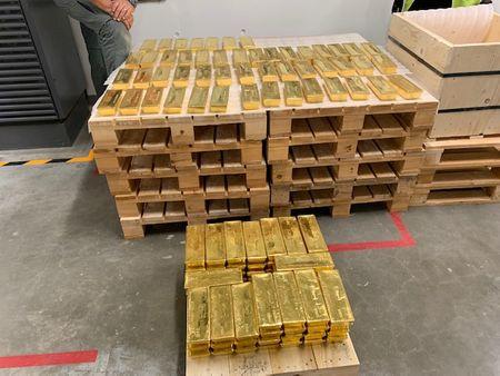 الذهب يرتفع مجددا لذروة شهر مع هبوط الدولار وعائدات السندات