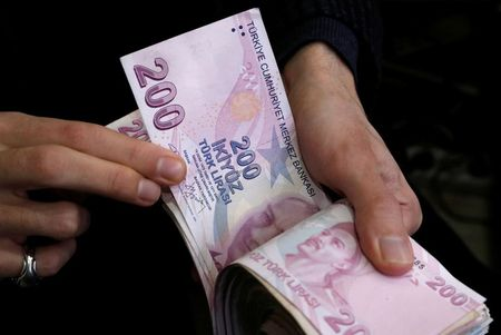 الليرة التركية قرب أدنى مستوياتها على الإطلاق بعد خفض أسعار الفائدة