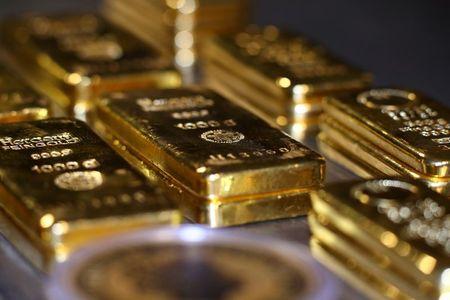 الذهب يرتفع لأعلى مستوى في شهر مع تراجع الدولار والسندات الأمريكية