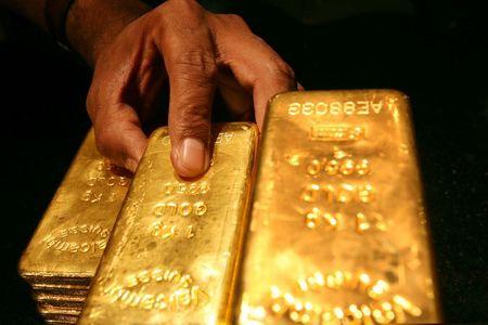 الذهب يرتفع مع تراجع الدولار وعوائد السندات الأمريكية