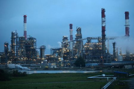 النفط يغلق مرتفعا مع تراجع مخزونات النفط الأمريكية في سوق يعاني شح الإمدادات