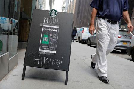 طلبات إعانة البطالة الأمريكية تنخفض إلى أقل مستوى في 19 شهرا