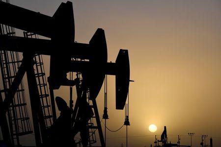 النفط يرتفع بفضل التفاؤل حيال تعاف سريع للطلب العالمي