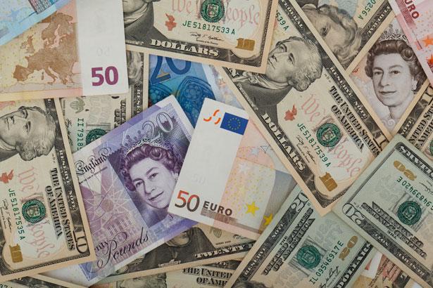 Le FTSE superforme et le pound replie suite aux commentaires de May
